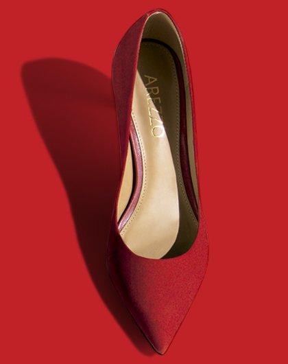 6a5cc0d43a Os scarpins de salto baixo trazem conforto para quem gosta e também são  perfeitos para dar um estilo nos looks do dia a dia. A bolsa colorida cheia  de ...