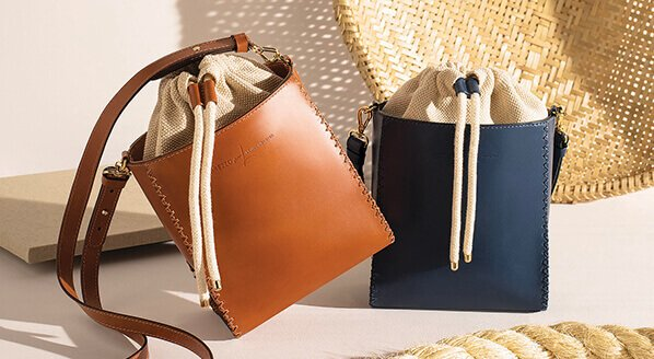 bolsa marrom e azul