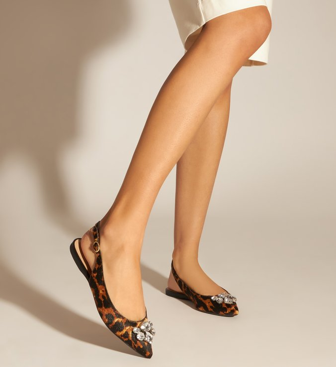 Sapatilha slingback pêlo  estampa leopardo com aplicações de bijoux