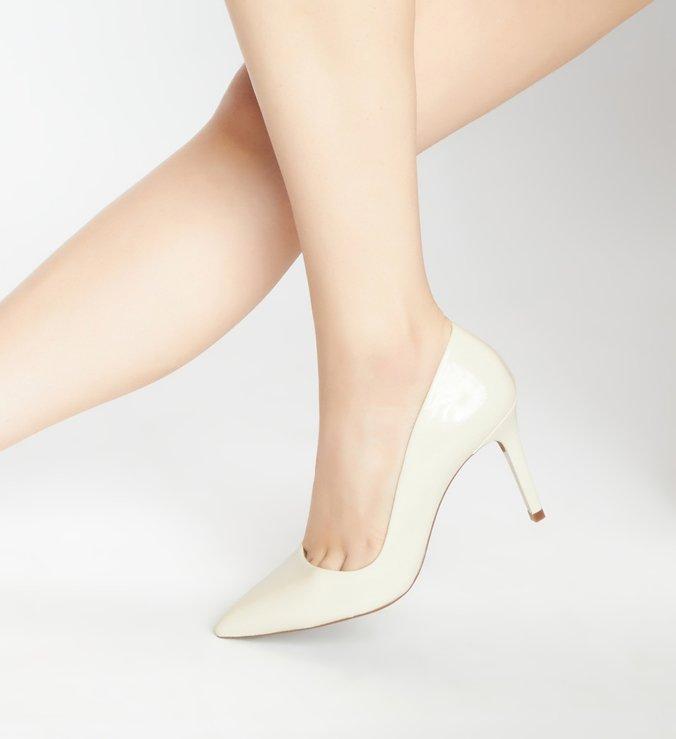 Scarpin Branco Verniz Salto Fino Bico Fino Off-White